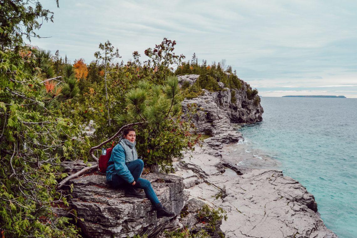 Emmy sur les falaises et le long de la baie géorgienne à l'eau turquoise au Parc national de la Péninsule-Bruce à Tobermory