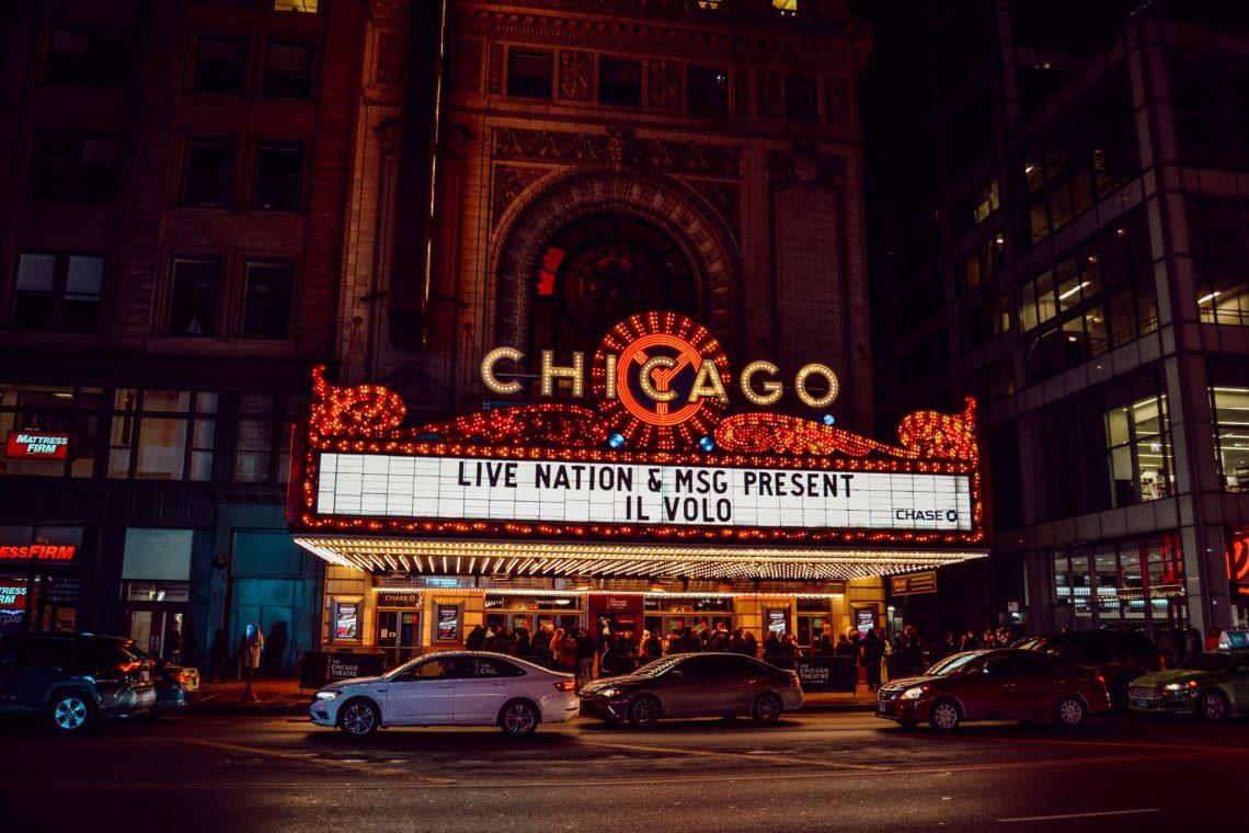 Le Théâtre de Chicago de nuit avec ses lumières