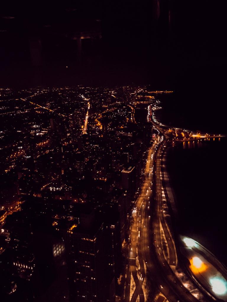 Vue de Chicago de nuit depuis le bar Rooftop The Signature Room