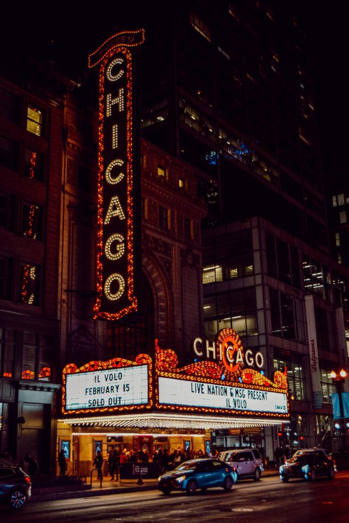 Le célèbre Chicago Theatre, avec son enseigne lumineuse, en pleine nuit et en hiver