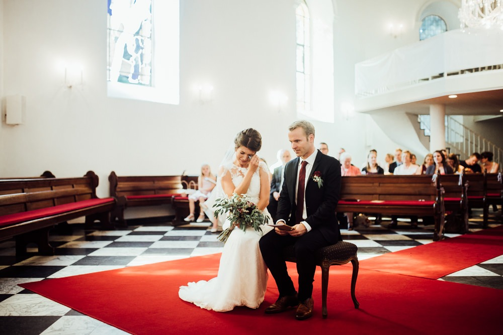 Als ihre Schwester während der evangelischen Trauung Geige auf der Empore spielt, fängt die Braut an zu weihen und greift zum Taschentuch.