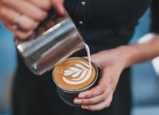 наливают кофе