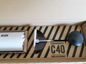Manivelle solidaire du couvercle qui est protégé lui aussi par un emballage en papier.