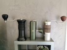 Ma petite collection de moulins à café : le Apollo de BPlus, le Timemore Chestnut x et le 1Zpresso JEPlus
