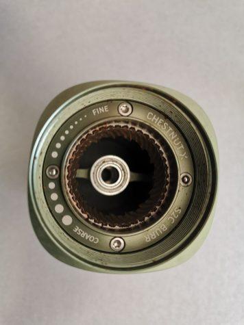 Il est possible de démonter la partie fixe de la meule du Timemore Chestnut x en dévissant les deux visses TOX. Le démontage se fait exactement de la même façon que le Apollo de BPlus. De plus on peut observer les deux billes qui servent de butée pour le réservoir.