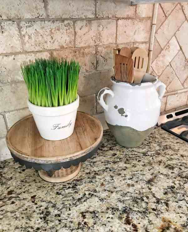 Store wooden utensils in a vase for the farmhouse look #farmhousekitchen #farmhousedecor #kitchen