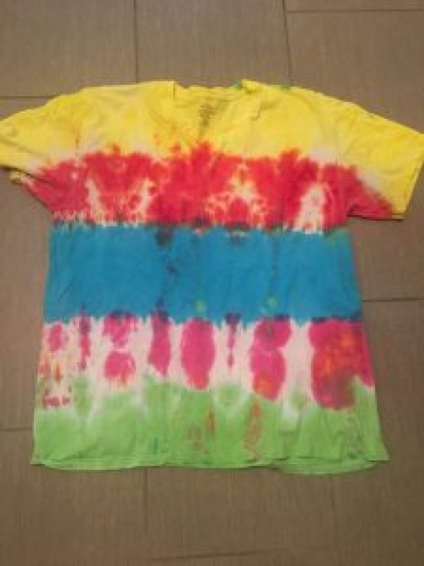 How to Tie Dye Shirts with Family #DIY #projects #crafts