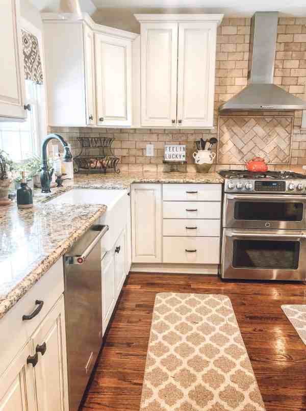 Modern Farmhouse Kitchen 2019 #fixerupper #farmhousechic #whitekitchen