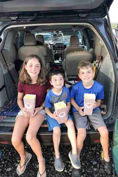 Taking kids to the drive-in movie theater #summerbucketlist #family #kidfriendly