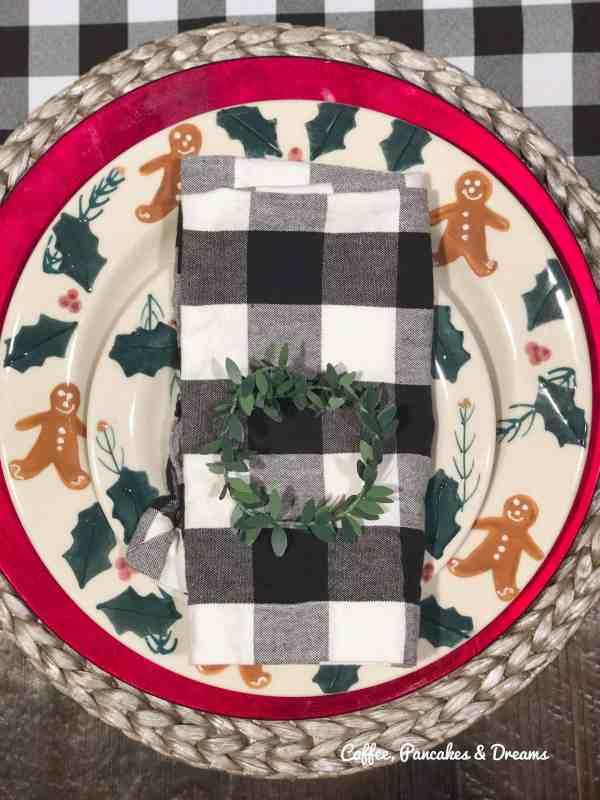 Vintage Christmas Plates #gingerbread #buffalocheck #holidayhometour