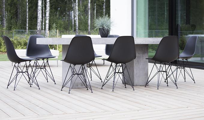 Asuntomessut Vantaa Lakkalaine terassi Beta-pöytä betonia mustat Eames DSR-tuoli