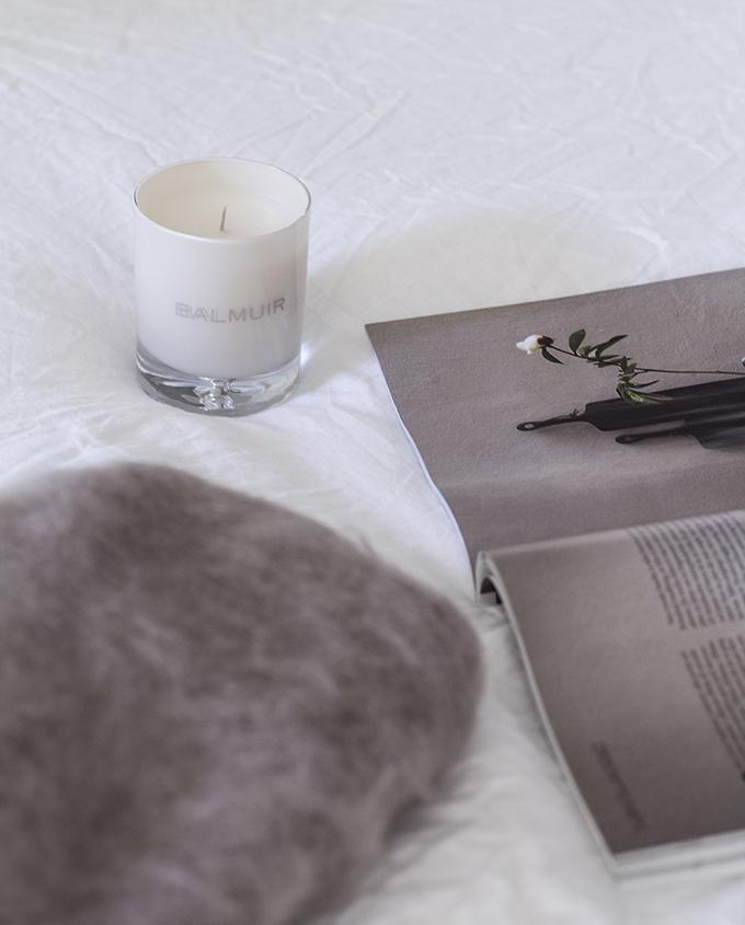 Makuuhuone Balmuir mohairviltti mink ja tuoksukynttilä pellavalakanat