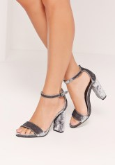 https://www.missguided.eu/shop-by-trend/velvet/crushed-velvet-block-heel-sandals-grey