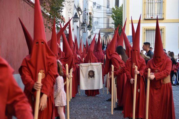 ¿Por qué el fútbol sí y las procesiones no?