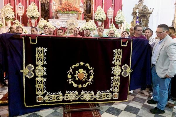 La caída bordada del palio de Dolores de Cádiz en la exposición 'Una historia de fe'