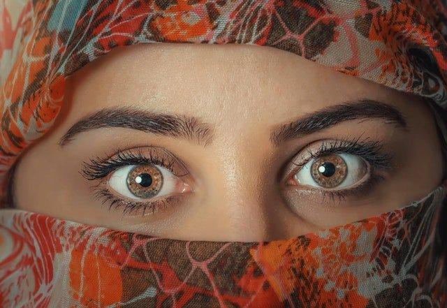 Psychology trick: eye contact