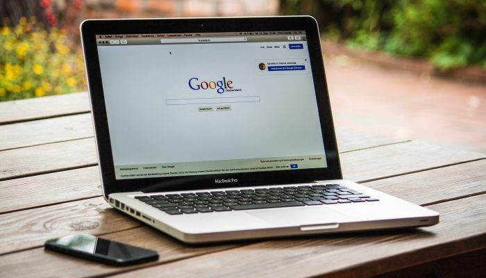 google, apple, macbook, laptop (Photo credit: 377053 / Pixabay)