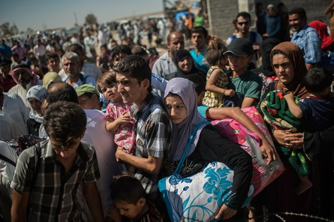 Iraqis cross a busy border checkpoint between Kurdish- and Islamic State-controlled territory in Maktab Khalid, just west of Kirkuk, Iraq, September 17, 2014. Photo by Andrea Bruce / The New York Times)