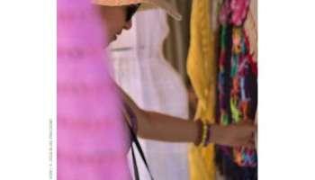 moçafazendo compras em um loja de tecidos