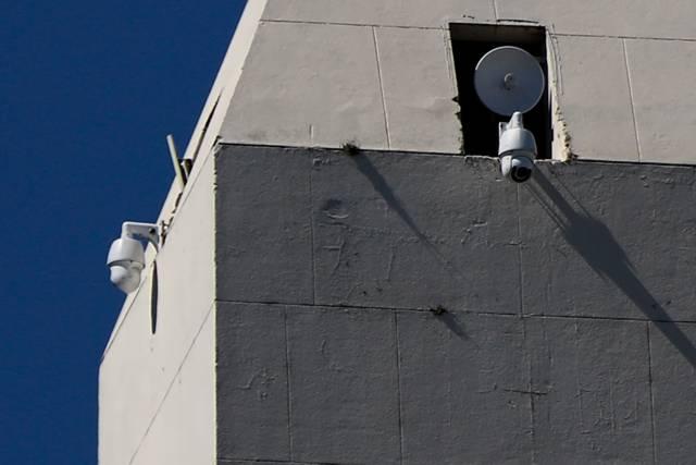 Câmeras de segurança sobre o monumento Obelisco no centro de Buenos Aires