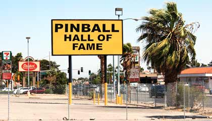 Fique atento a placa que indica o local do Pinball Hall of Fame