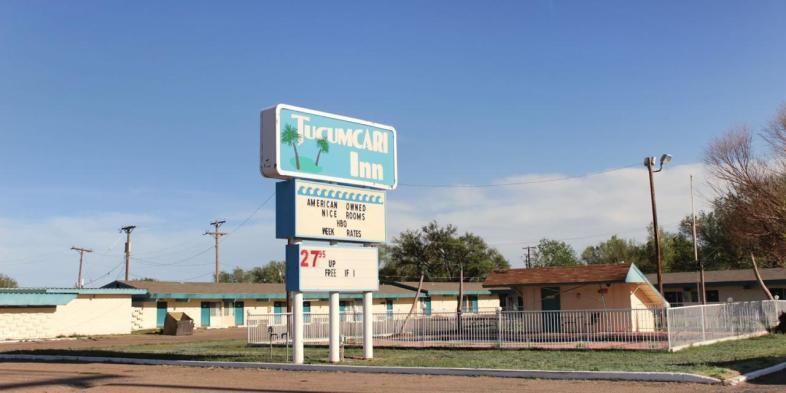 O onipresente patriotismo, mesmo que às vezes insensato, em outro charmoso hotel à beira da Rota 66 no Novo México