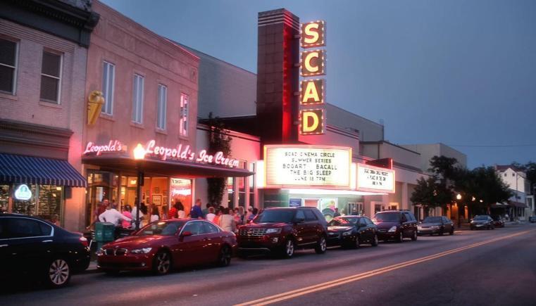 Roteiro de viagem EUA: Fachada do sempre cheio Leopold's Ice Cream. Ao lado, a sala de cinema da Savannah College of Art and Design