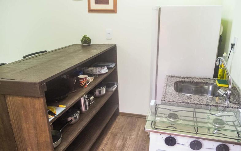 Cozinha do Aldeia Container em Florianópolis tem fogão, geladeira e todos os utensílios necessários para fazer uma ótima refeição