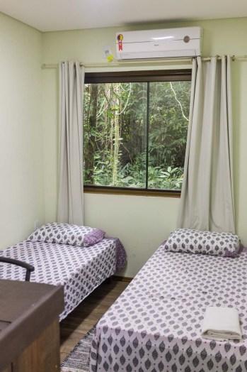 Na Aldeia Container em Florianópolis, os quartos são simples mas muito confortáveis