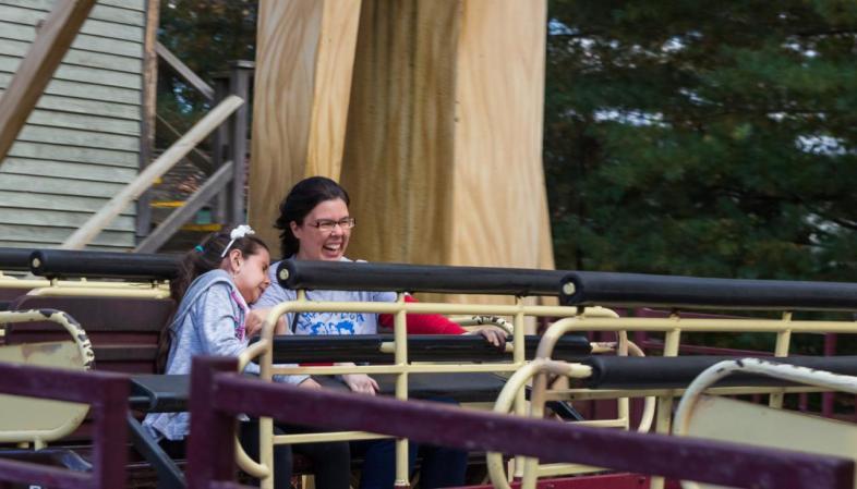 Six Flags New England - Coisa e a sobrinha em um dos brinquedos do parque