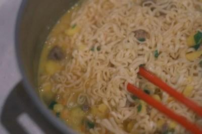 お昼ごはんにカップヌードルで天津飯を作ってみた