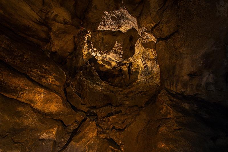 100 Meter lange Höhle unter der Bahn