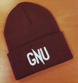 Gorro rojo oscuro con las siglas GNU.