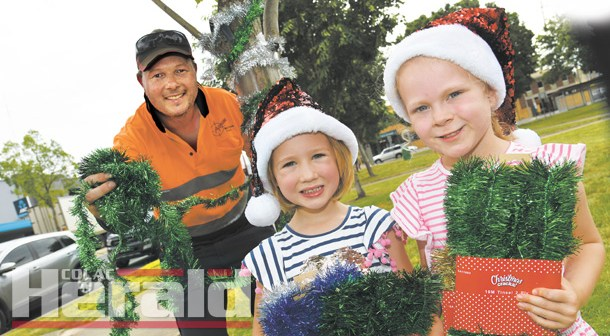Mayor steps in with Christmas decorations