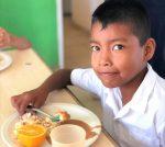 Más de 3,000 niños son beneficiados por programa de distribución de fruta fresca.