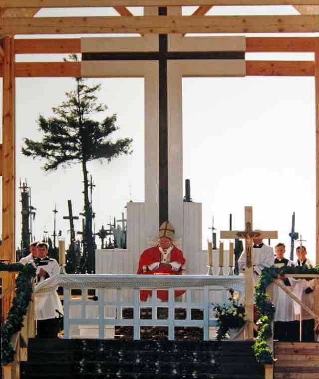 Juan Pablo II dando misa en la Colina de las Cruces