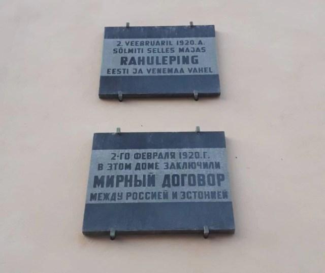 Placa conmemorando el Tratado de Pa_ de Tartu en el edificio donde se firmó