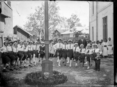 Copii în costum de străjeri la o festivitate, 1939