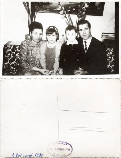 """Familie. Verso: 28 noiembrie 1971 Ștampilă roșie """"Fotograf C. Acsinte Slobozia"""" Din arhiva personală Georgeta Drăgănescu"""
