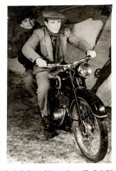 Doi tineri pe motocicletă Costică Acsinte din casele noastre Arhiva personală Axinte Constantin, Perieți