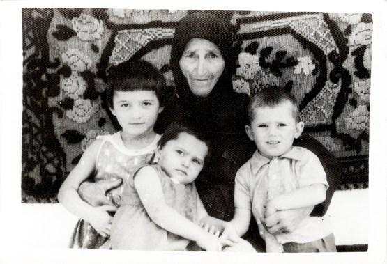 Bătrînă cu trei copii Costică Acsinte din casele noastre Arhiva personală Axinte Constantin, Perieți