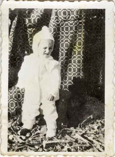 Copil Costică Acsinte din casele noastre Arhiva personală Bucur Ionel, Perieți
