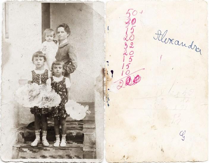 Mamă cu trei copii. Alexandra Costică Acsinte din casele noastre Arhiva personală Maura Aron, Grivița