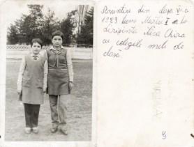 Două eleve în uniformă. 1 Martie 1989 Costică Acsinte din casele noastre Arhiva personală Maura Aron, Grivița