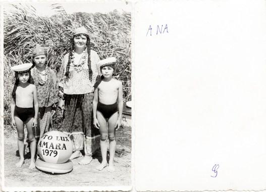 Femeie cu trei copii. Foto-Lux Amara, 1979. Ana Costică Acsinte din casele noastre Arhiva personală Maura Aron, Grivița