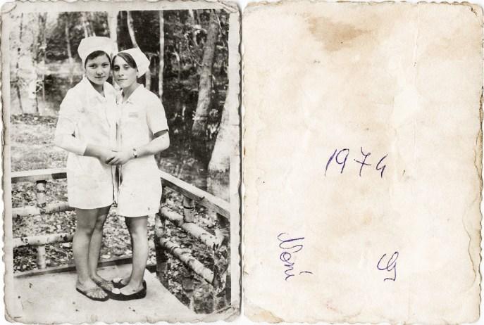 Două femei. 1974. Noni Costică Acsinte din casele noastre Arhiva personală Maura Aron, Grivița