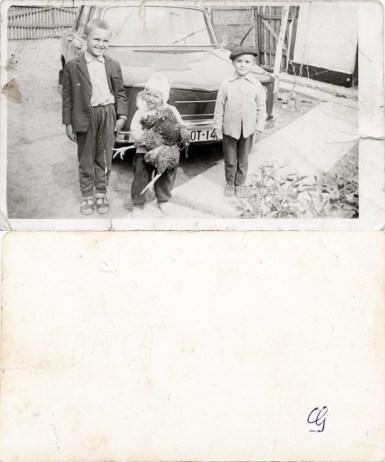 Trei copii cu găină și Dacie 1100. Anca Costică Acsinte din casele noastre Arhiva personală Maura Aron, Grivița