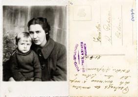 """Mamă cu copil. Verso: Păstrează ca amintire de la verișoara și nepotul tău, Lilica și Ovidiu Ștefănescu. 21 IV 1941. Fam. A. Popescu Călărași. Ștampilă violet """"Foto-Splendid Costică Axinte Slobozia-Ialomița"""""""
