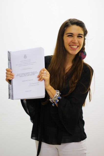 Orgullosa mostrando su tesis!