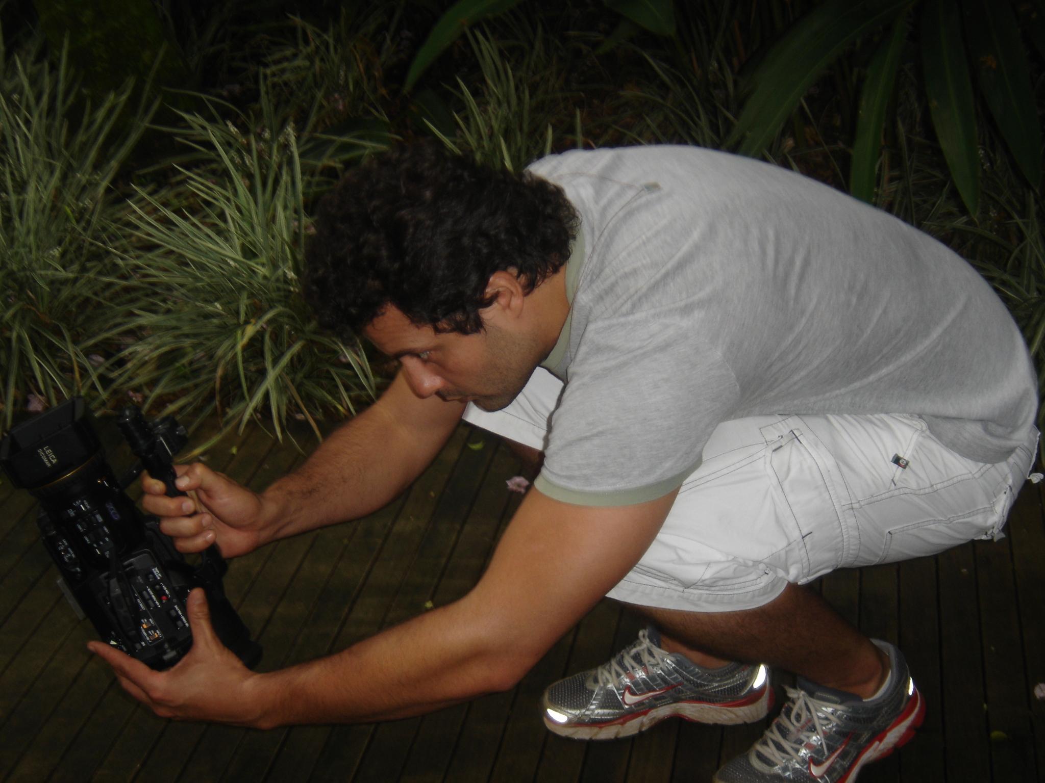 O olhar do diretor registrando os passos de dança de Caio